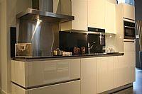 Hoogglans gelakt witte greeploze keuken