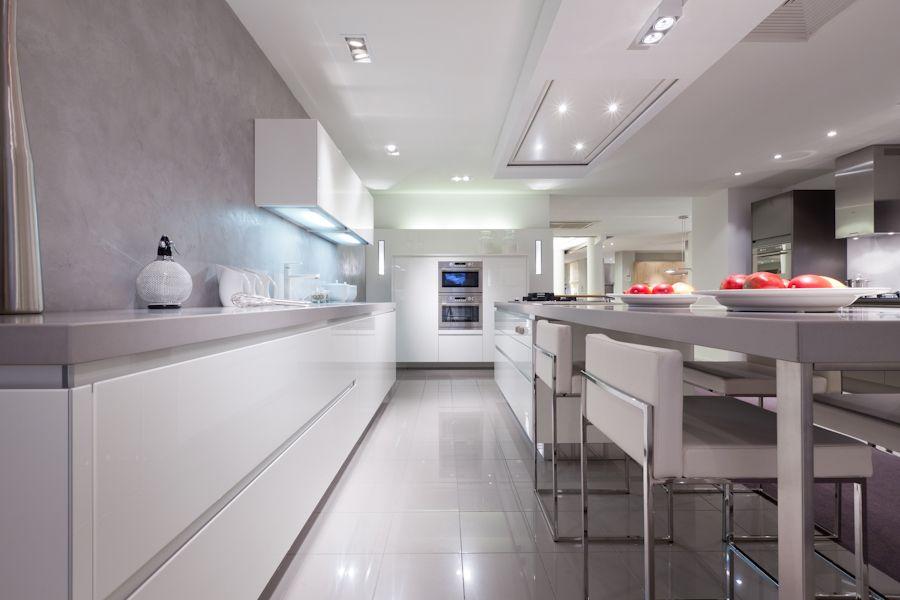 Witte Greeploze Keuken Met Grijs Werkblad : SieMatic Showroomkeukens ...