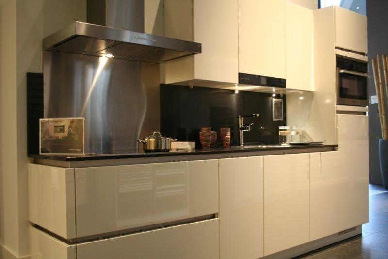 Greeploos rechte keuken magnolia hoogglans beste inspiratie voor interieur design en meubels - Witte keuken voorzien van gelakt ...
